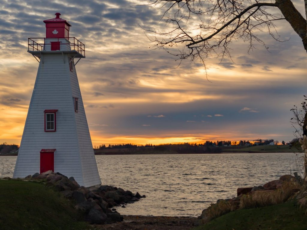 prince-edward-island-anne-of-green-gables-but-also-an-insanely-beautiful-spot-packed-with-gorgeous-beaches-lighthouses- 愛德華王子島 燈塔 清秀佳人 楓禾 HelloStudy