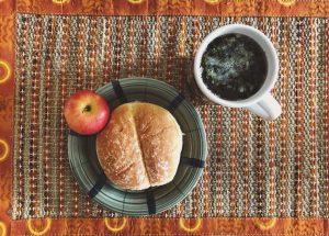 ▲印度Homestay Home mom幫我準備的午餐 早餐:玉米麥片加牛奶 家裡有準備香蕉 所以還會再加進一根香蕉吃 午餐:通常就是一個漢堡或三明治 偶爾有水果 我自己有帶湯包或是泡一杯茶來喝 晚餐:通常會吃到印式風味的餐 運動完,都會去超市晃晃買沙拉吃,光是沙拉就有很多品項,還會買即時雞胸肉和很多新鮮的沾醬,例如酪梨醬,超好吃,國外的超市就是很多寶可以挖,可也是冷凍食品王國 XD,等我5/19搬到學生宿舍,就可以開始紀錄自己的廚房日記了!哈